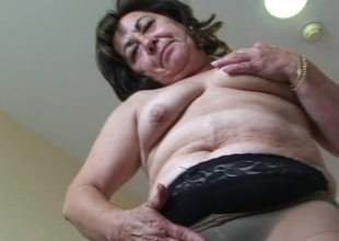This hot mature mummy loves to play with toys