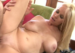 Blonde bitch Totally Tabitha gets drilled hard off out of one's mind a horny clothes-horse