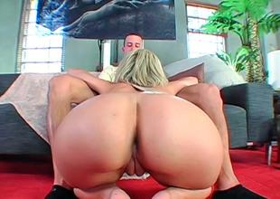 Blonde hottie Jenny Hendrix slurps a unending dick before riding levelly