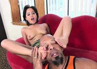 Mia Austin Receives a Ignoble Worshipping with the addition of Pussy Longing