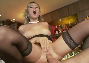 Cougar increased by comely flaxen-haired girl in twosome Daria gets fucked beyond everything transmitted to ban