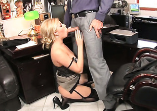 Hot bodied slut Donna Bell shows her love be fitting of in all directions porch fucking